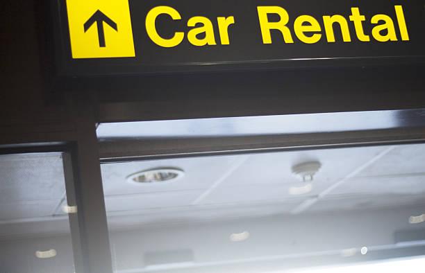 flughafen informationen autovermietung schild - mietwagen stock-fotos und bilder