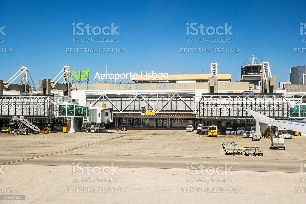 Aeroporto de Lisboa após o pouso-tower/main gate - foto de acervo
