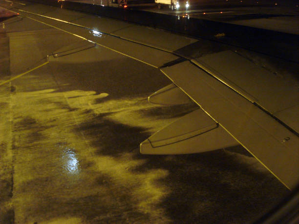 airport maintenance defrost before take-off - defrost stock pictures, royalty-free photos & images