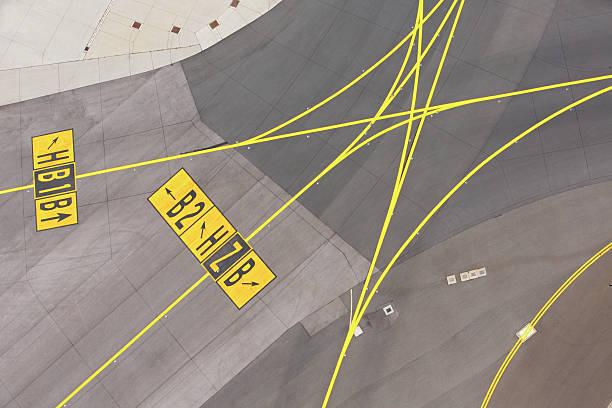 airport - vliegveld stockfoto's en -beelden