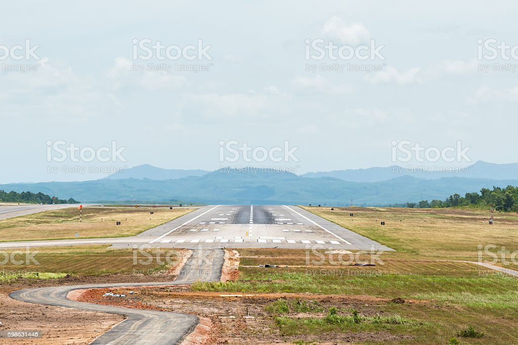 Airport Runway with sky and clouds in summer day. photo libre de droits