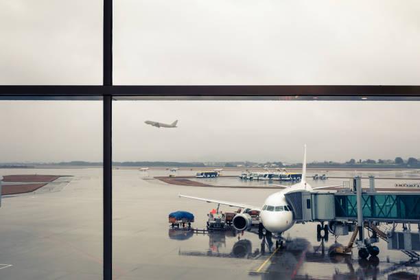 Flughafenszene am regnerischen Tag – Foto