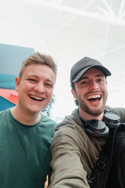 luchthaven selfie! - selfie stockfoto's en -beelden