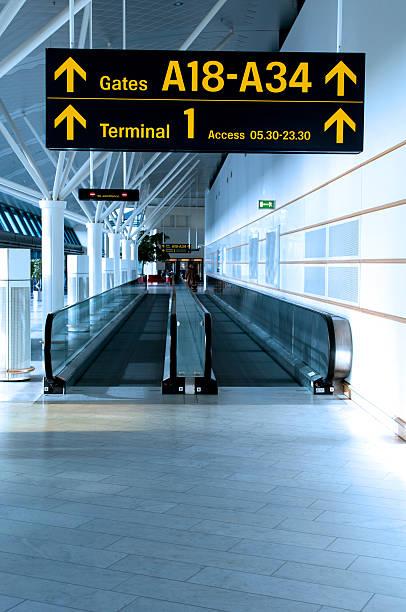 空港の標識を表示するには、ゲートおよび端子 - airport lounge ストックフォトと画像