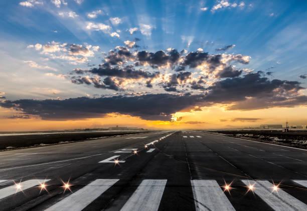 luchthaven opstijgen en de landing gebied bij avond - vliegveld stockfoto's en -beelden