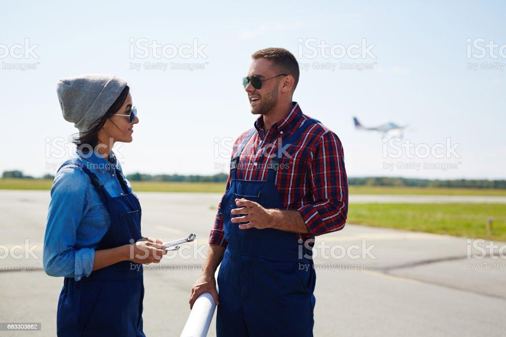 Flughafen-Techniker auf der Piste Lizenzfreies stock-foto