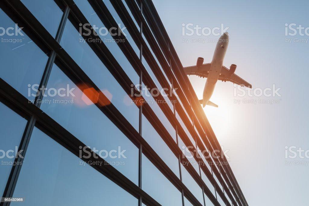 Flughafen-terminal in der Abenddämmerung – Foto