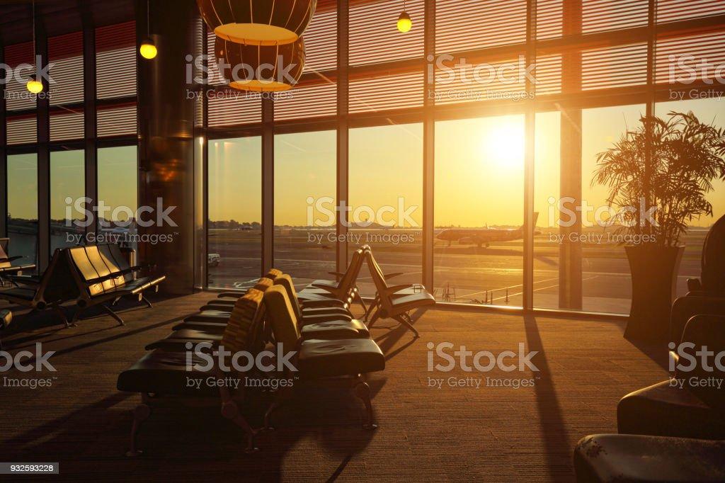 Aeroporto terminal ao pôr do sol - foto de acervo