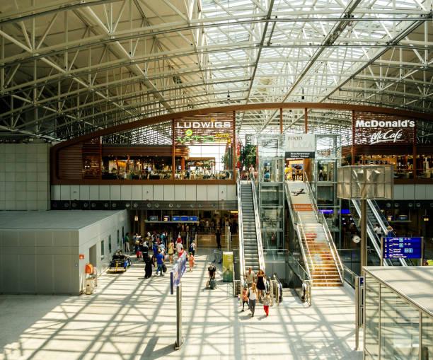 vliegveld terminal frankfurt international airport - luchthaven frankfurt am main stockfoto's en -beelden