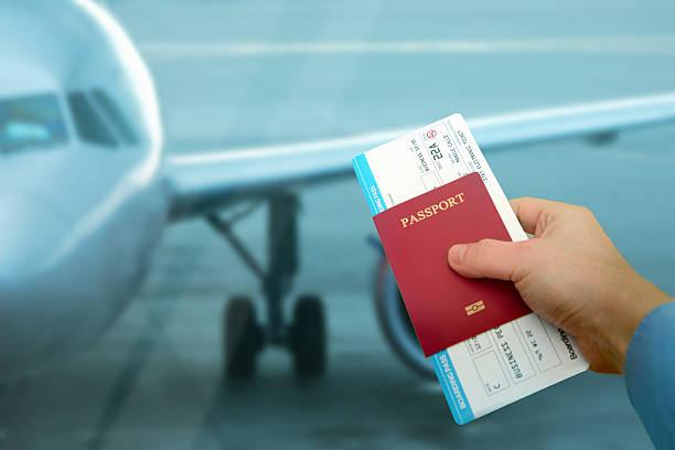 Flughafen Buchungszeitraum: Geparkt Flugzeug, Geschäftsreisende hält passport-ticket – Foto