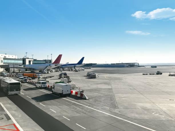 uitzicht op de luchthaven - luchthaven frankfurt am main stockfoto's en -beelden