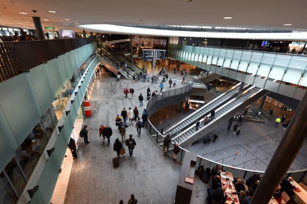 flughafen zürich zrh - passagiere - zrh wiedenmeier stock-fotos und bilder