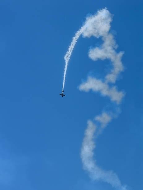 airshow airplain in aktion - schrift am himmel stock-fotos und bilder