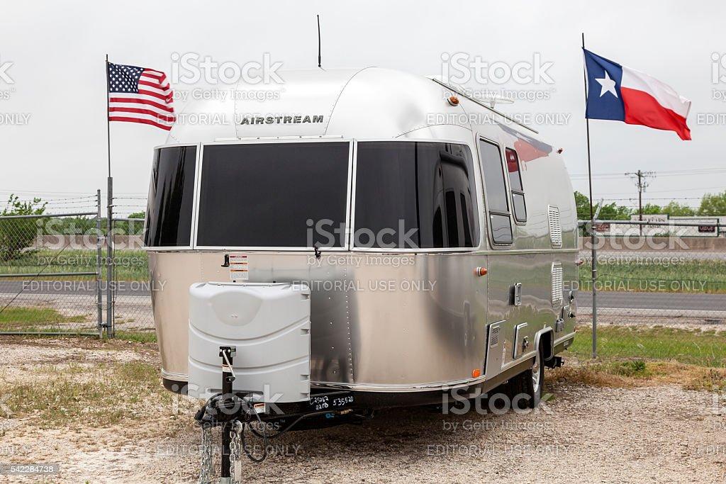 Airstream Anhänger in einem Autohaus – Foto
