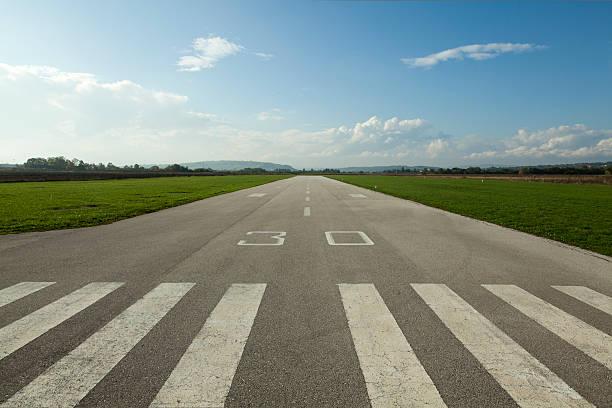 airstrip - vliegveld stockfoto's en -beelden