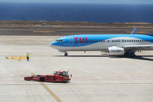 TUI Airway Charterfluggesellschaft Boeing 737-800 Flugzeug bereitet sich auf Flug auf der Start- und Landebahn des Flughafens vor – Foto