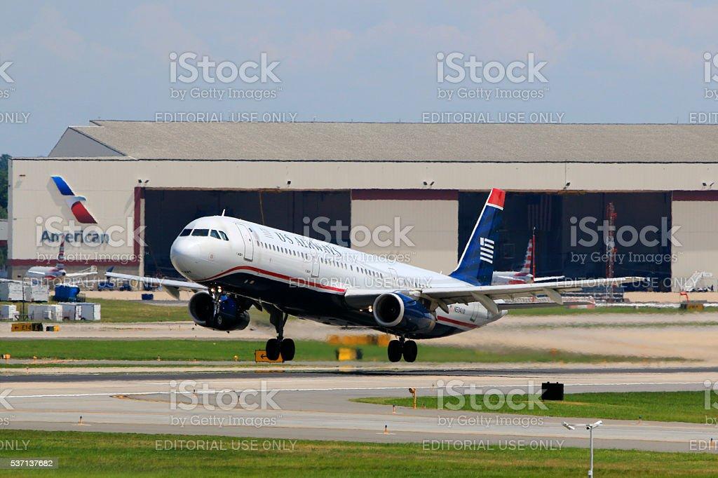 US Airways A321 de decolagem no Aeroporto Internacional de Charlotte Douglas - foto de acervo
