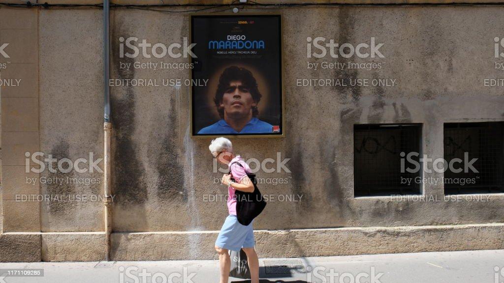 aix-en-provence, marchant sous le regard de Maradona - Photo de Adulte libre de droits