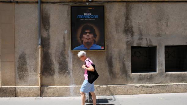 aix-en-provence, walking under the gaze of maradona - maradona foto e immagini stock