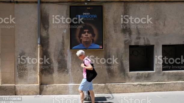 Photo libre de droit de Aixenprovence Marchant Sous Le Regard De Maradona banque d'images et plus d'images libres de droit de Adulte