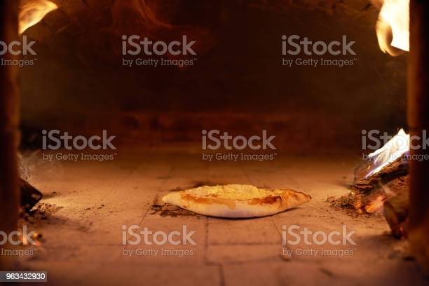 Ajarian Khachapuri Z Serem Gotowanym W Piecu Spalania Drewna Opałowego - zdjęcia stockowe i więcej obrazów Abchazja