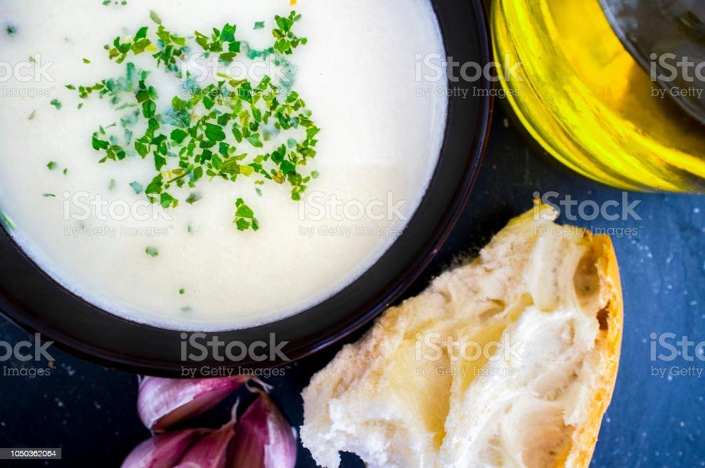 Gazpacho de ajoblanco o blanco, la popular sopa fría del sur de España - foto de stock