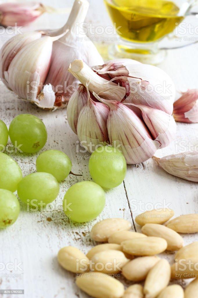Ingredientes de sopa de ajo española ajoblanco - foto de stock