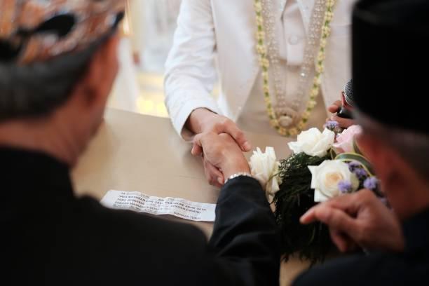 akad nikah sur le mariage - mariage musulman photos et images de collection