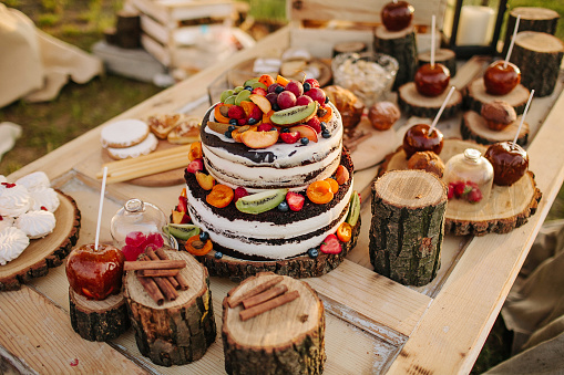 Сake decorated with flowers, berries and fruits