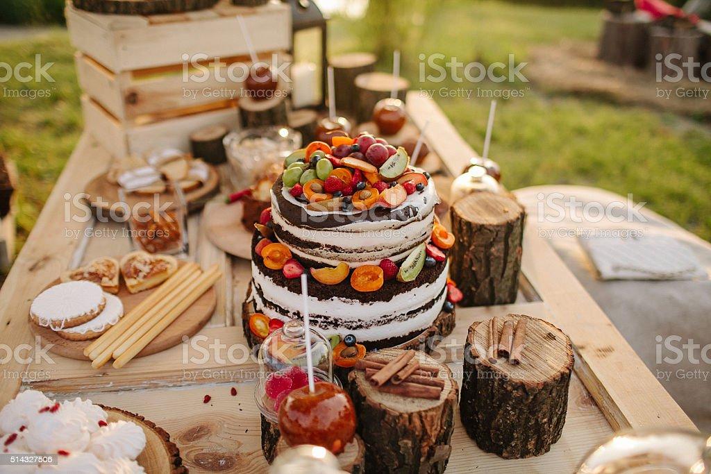 Сake decorado com flores vermelhas, frutas silvestres e frutas - foto de acervo