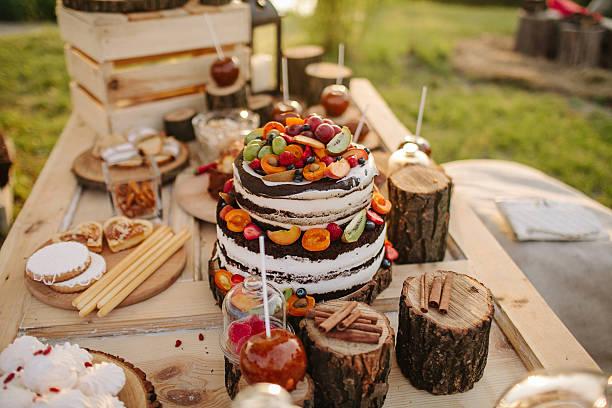 сake dekoriert mit blumen, beeren und früchte - bräutigam tisch stock-fotos und bilder