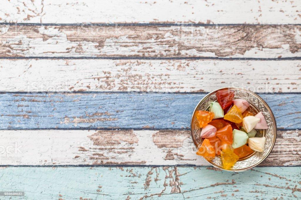 Akide (şeker) eski metal plaka vintage tablo yüksek açı görünümünde şekerler stok fotoğrafı