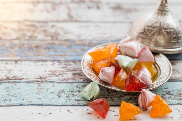 caramelos de akide (azúcar) en la placa metálica antigua mesa vintage - ramadán fotografías e imágenes de stock