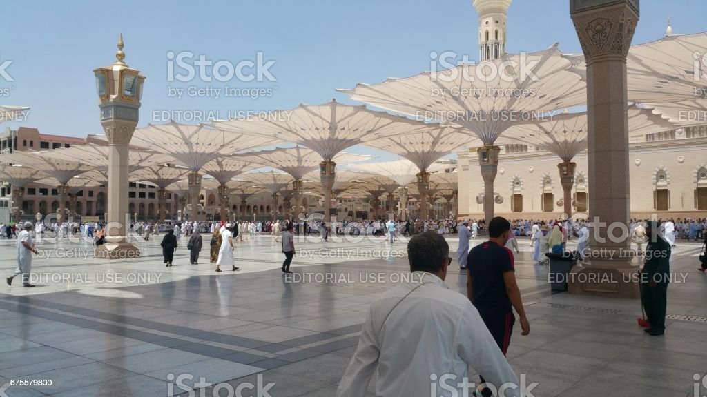 Al Madinah, Saudi arabia, September 2016 masjid (mosque) nabawi and pilgrims from all the world at Prophet Mosque or Masjid Nabawi photo libre de droits