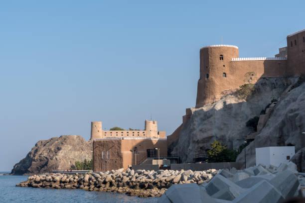 al mirani und al jalali küstenschutz forts, muscat, oman - maskat stock-fotos und bilder