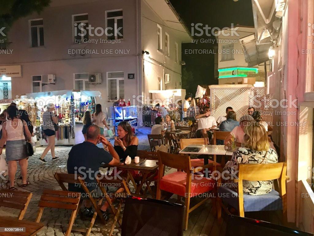 Alacati straat in de nacht foto