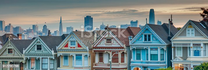 istock Alamo square and Painted Ladies with San Francisco skyline 912290788