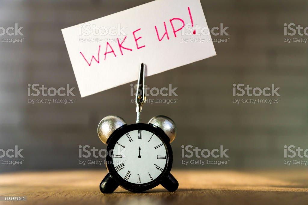 Reloj Despertador Y Banner Con Frase Manuscrita Despertar