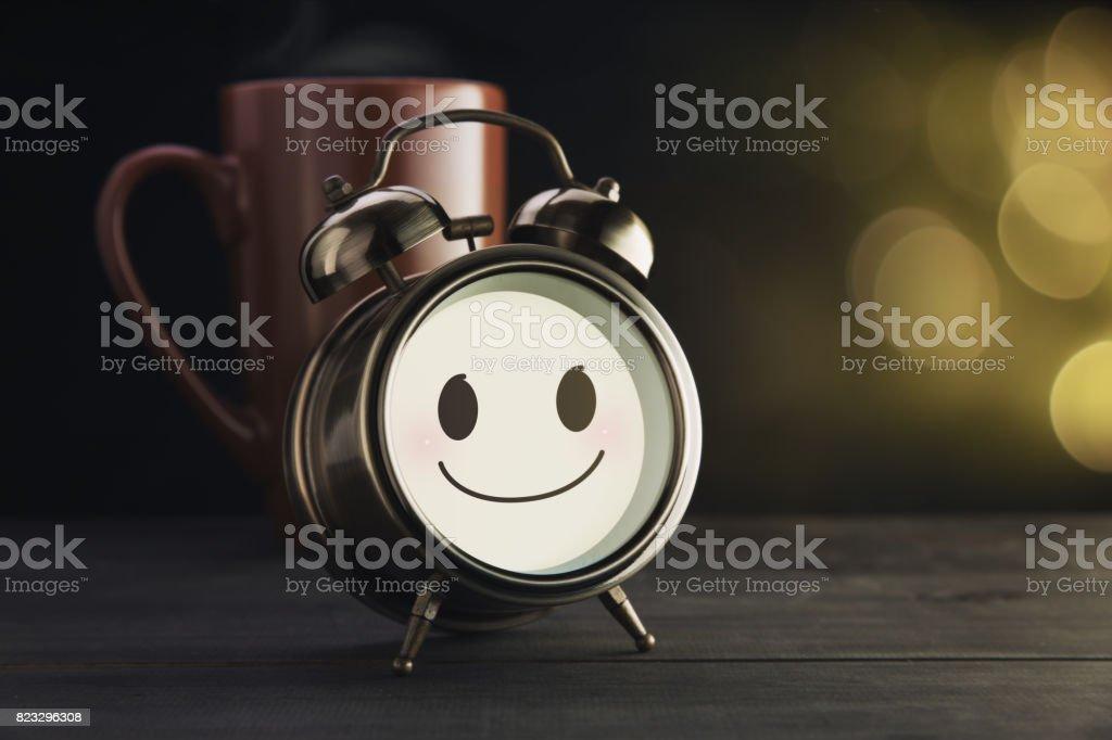 Wecker Und Braun Becher Mit Einem Fröhlichen Lächeln Guten