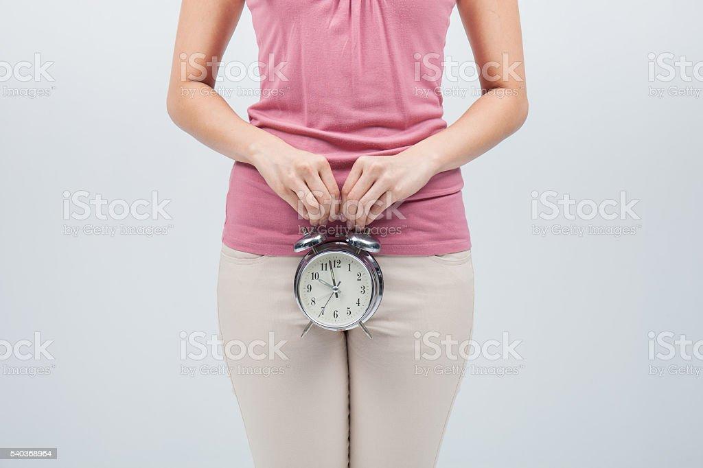 Reloj despertador en manos de mujer - foto de stock