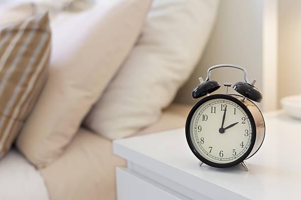 alarm wecker - marvel schlafzimmer stock-fotos und bilder
