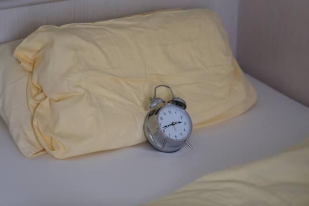 alarm wecker - last minute urlaub deutschland stock-fotos und bilder