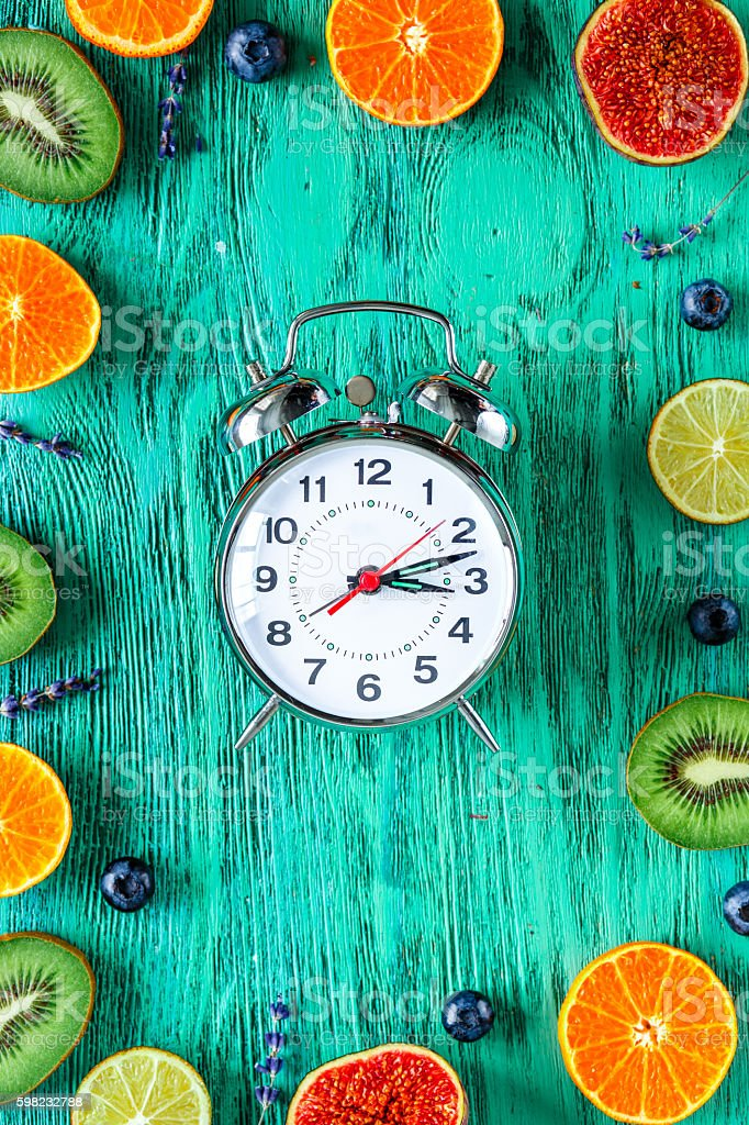 alarm clock - time to wake up with fruits foto royalty-free