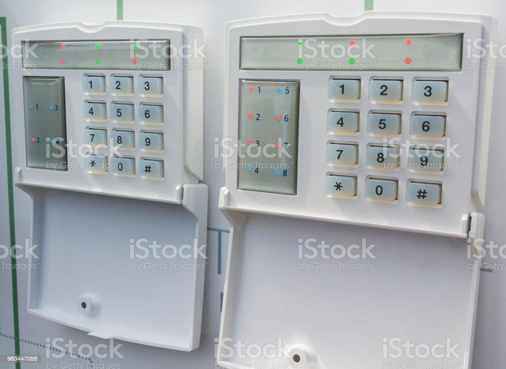 Alarm kontrol kutusu veya duvar ev güvenlik sistemi. Yakın, seçici odak. - Royalty-free Ameliyat Stok görsel