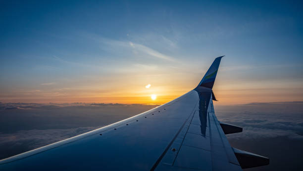 Alaska Airlines Flugzeug Flügel über Wolkenlandschaft bei Sonnenuntergang. Usa – Foto