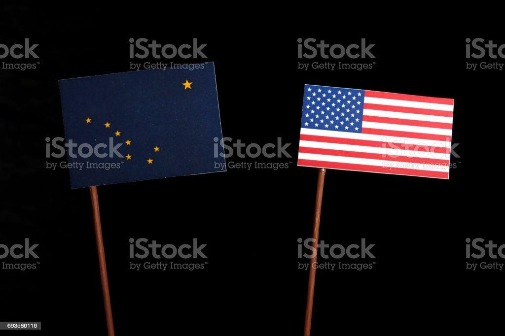 Bandeira do Alasca com bandeira EUA isoladas no fundo preto - foto de acervo