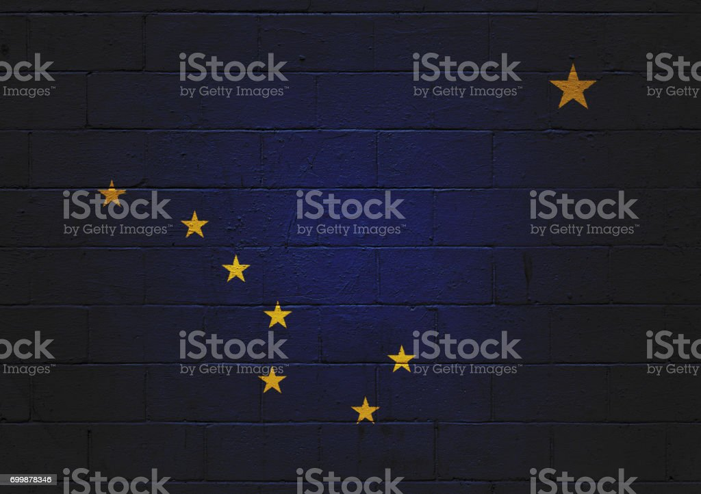 Bandeira do estado de Alaska pintado em uma parede - foto de acervo