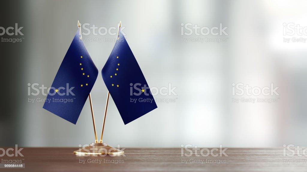 Par de bandeira estado do Alasca em uma mesa sobre fundo desfocado - foto de acervo
