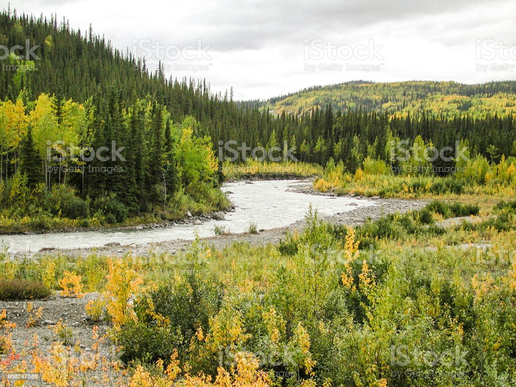 Paisaje de otoño de Alaska con las nubes en fondo - foto de stock