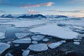 L'atmosfera è surreale all'alba nella laguna di Jokulsaron, dove le foche e poche fortunate persone possono godere di uno spettacolo infinito, dove iceberg galleggiano e si muovono lentamente trascinati dalla corrente.